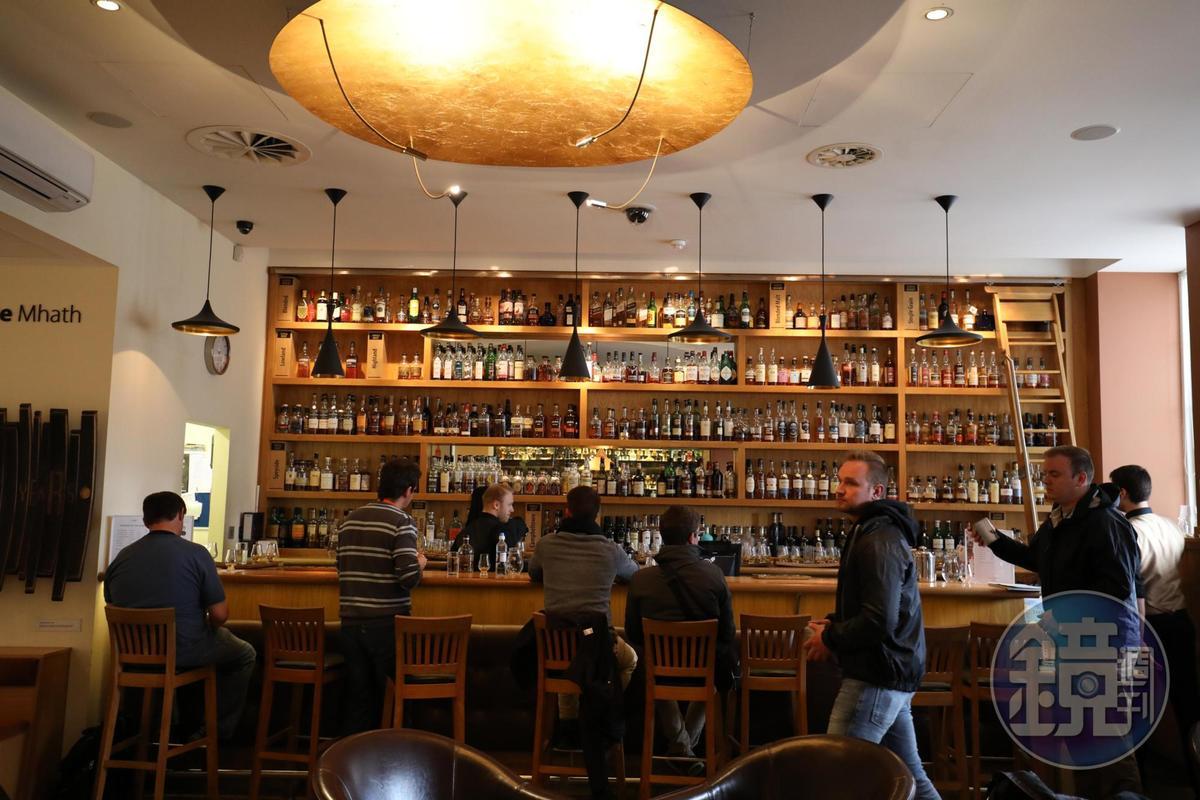 選Gold體驗,品酒課結束後還可以在酒吧喝一杯。