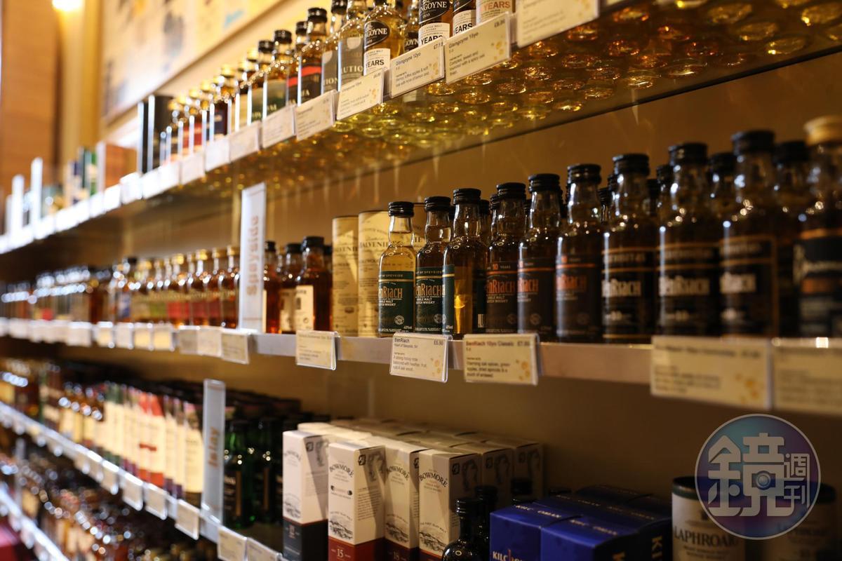 這裡有各種品牌的迷你酒,是很棒的伴手禮。
