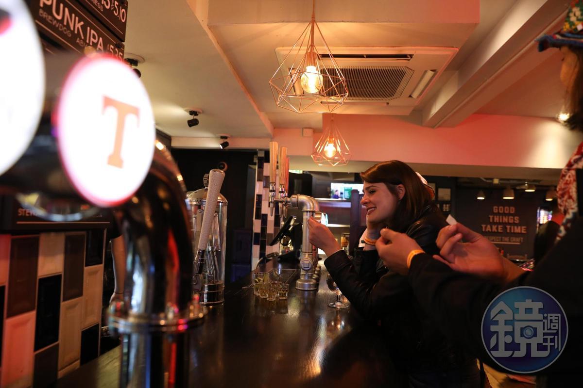 來參加「The Edinburgh Pub Crawl」的,不乏俊男美女。