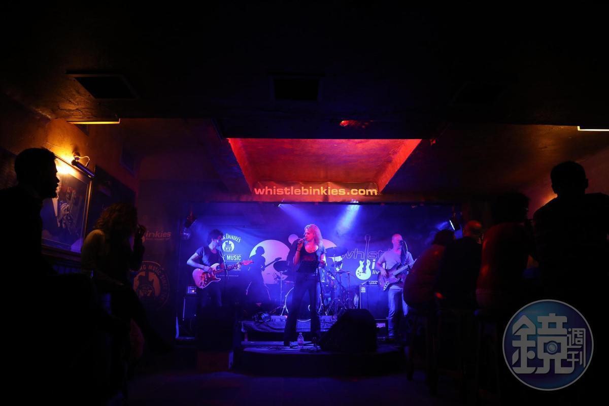 我們在樂隊登場前到酒吧報到,邊喝邊聽樂隊現場演出,很過癮。