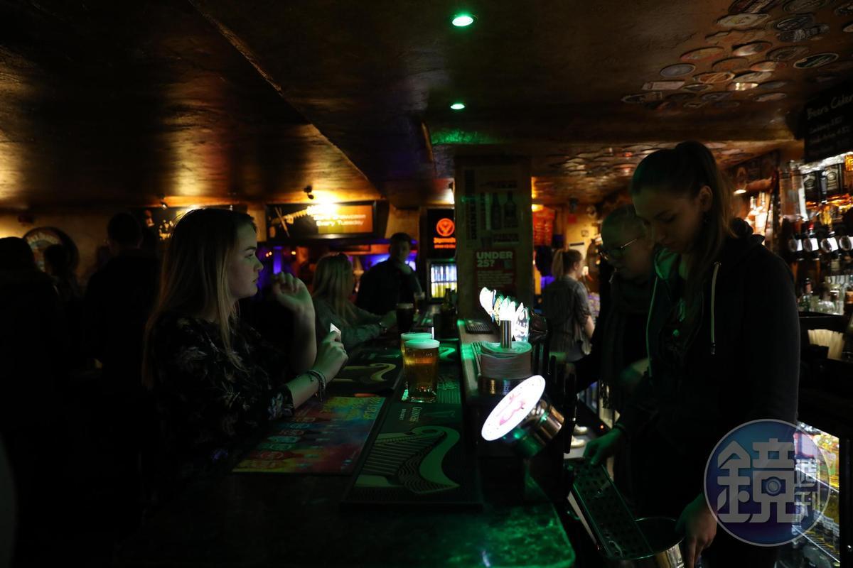 參加The Edinburgh Pub Crawl,每人7英鎊,可逛6間酒吧喝6杯酒。
