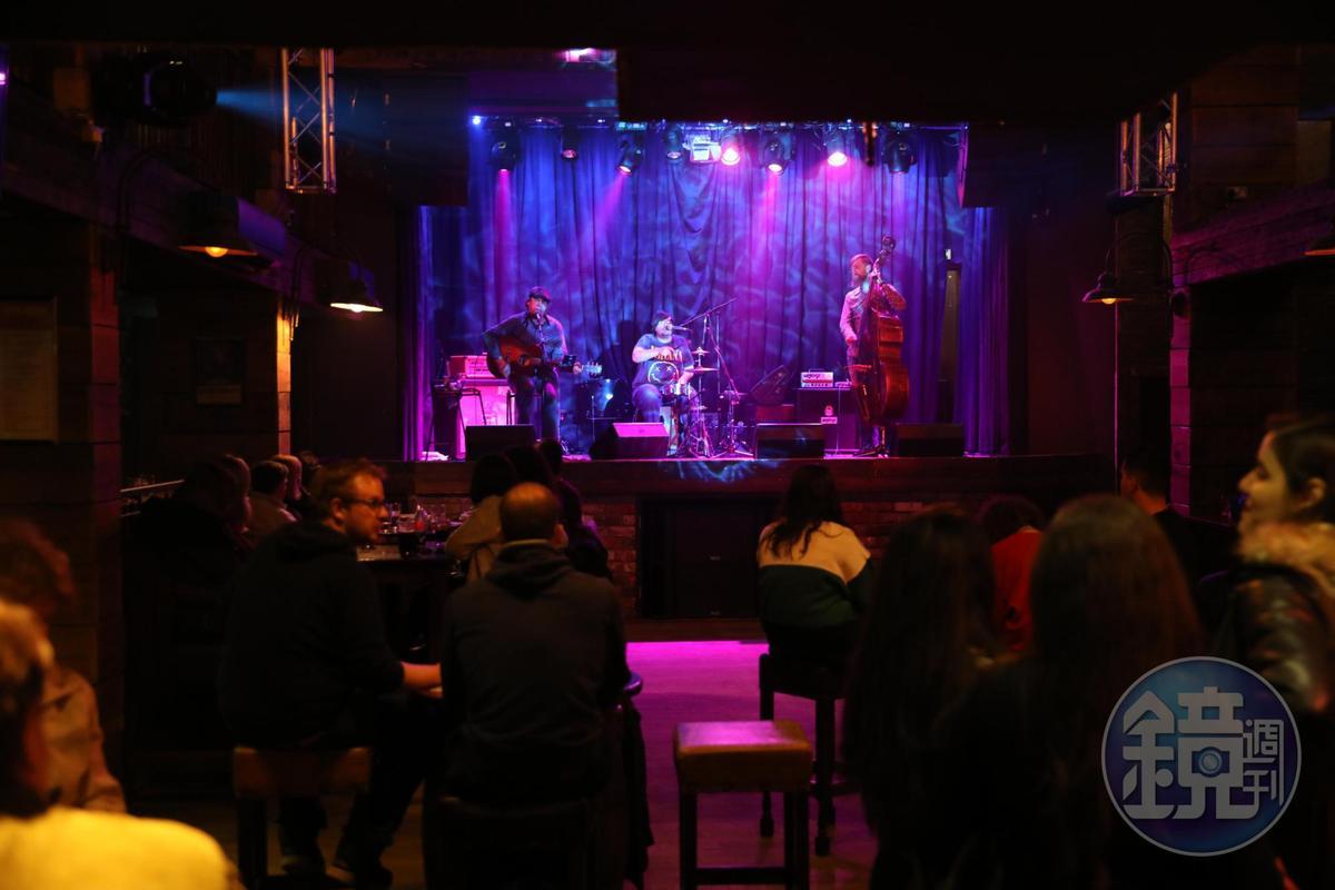 這家隱藏在僻靜處的酒吧,看外觀似乎是教堂改建而成,樂隊在高台上表演,氣氛比較成熟。