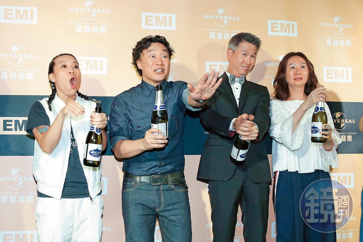 陳奕迅奪下金曲歌王,慶功開香檳,結果軟木塞射到攝影記者,臉部瞬間驚恐。左為葛仲珊。