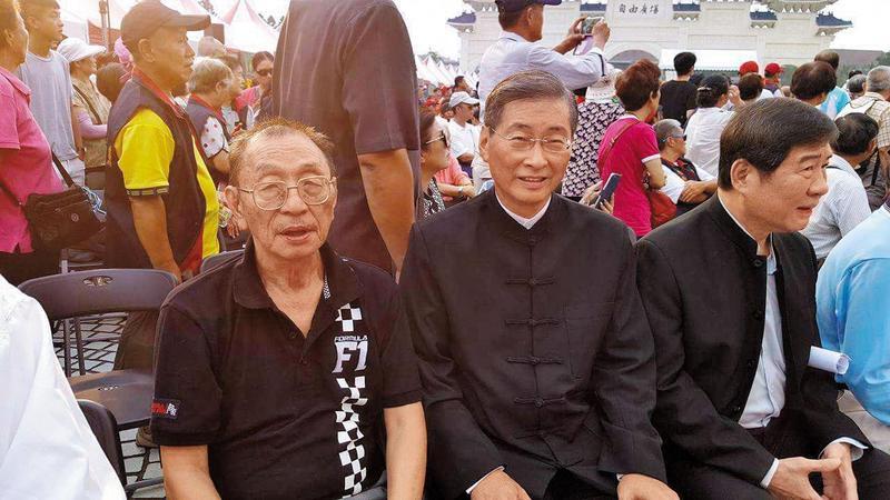 董念台(左1)將請統促黨總裁張安樂(中)當他的證婚人。(翻攝自董念台臉書)