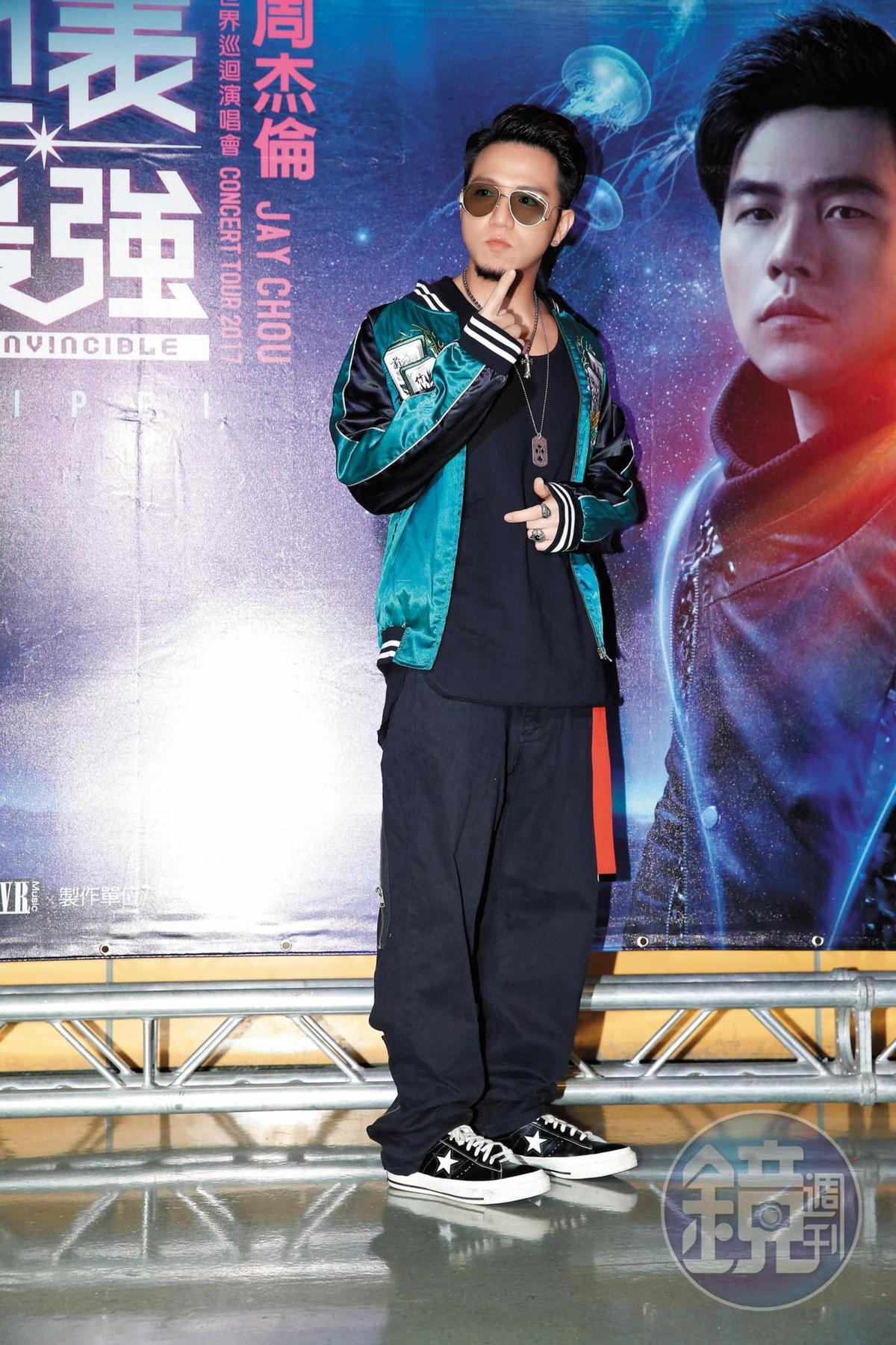 大飛因為參加《超級模王大道》節目模仿黃渤出名,雖是綜藝咖,仍很有唱歌夢,去年還發行過單曲。