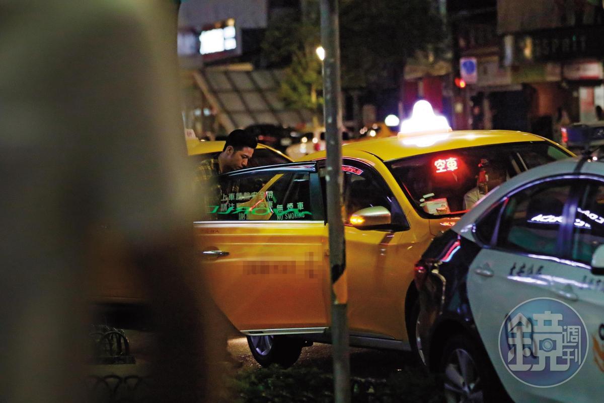 6月14日01:39大飛直衝有楊晨熙在上面的那輛計程車和她會合。