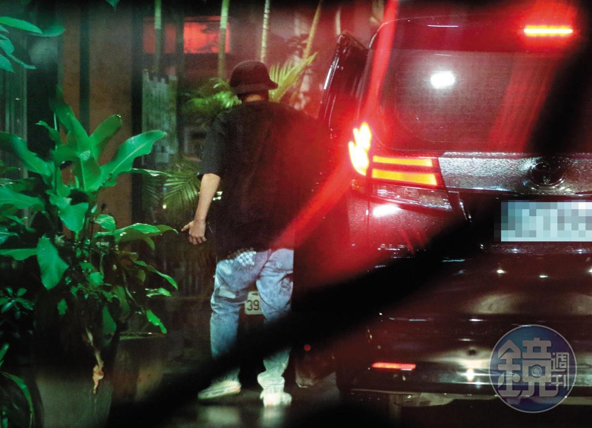 6月21日19:04,小豬跟周揚青從同輛黑車下來,走進泰式餐廳,已有同進同出夫妻生活的fu。