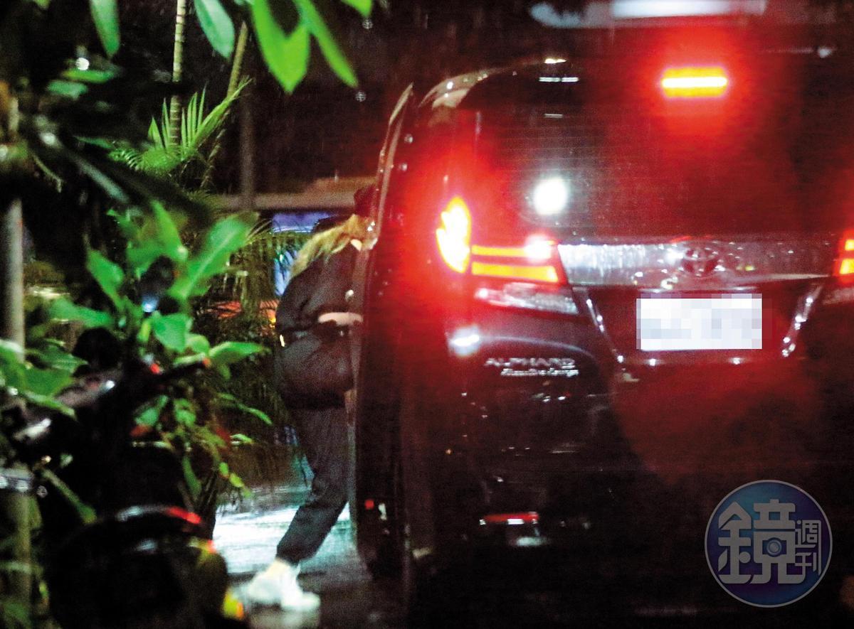6月21日20:27,用完餐後,小豬又跟周揚青先後上了同輛車,已經毫不遮遮掩掩、或用一些奇招怪術進出。