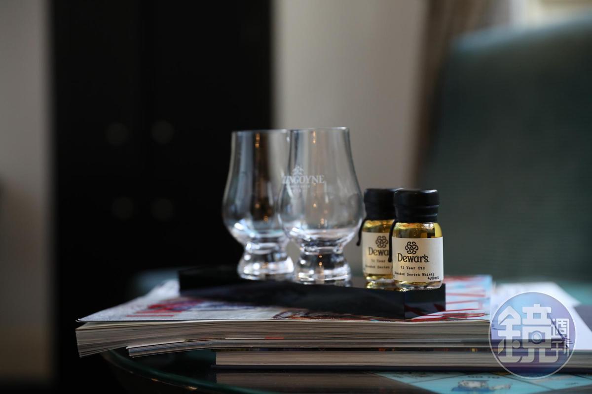 窗前擺上免費的威士忌,睡前小酌一杯是酒鬼必做的事。