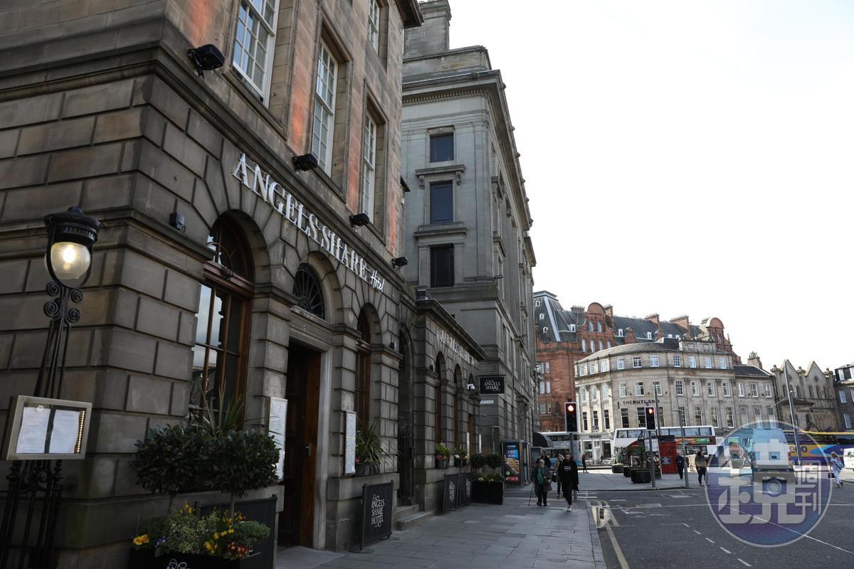位在愛丁堡新城區的「The Angel's Share Hotel」,離酒吧街非常近。