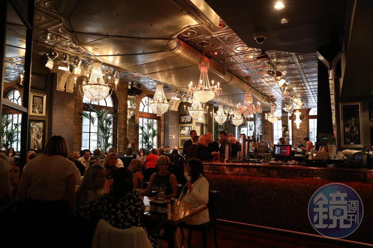 掛滿水晶燈的The Angel's Share酒吧,每天傍晚都被上門的酒客塞爆。