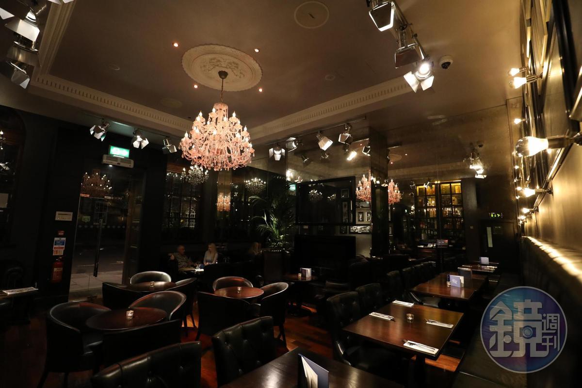 這是「The Angel's Share Hotel」的接待大廳,沒有櫃臺,反倒像個酒吧與餐館。
