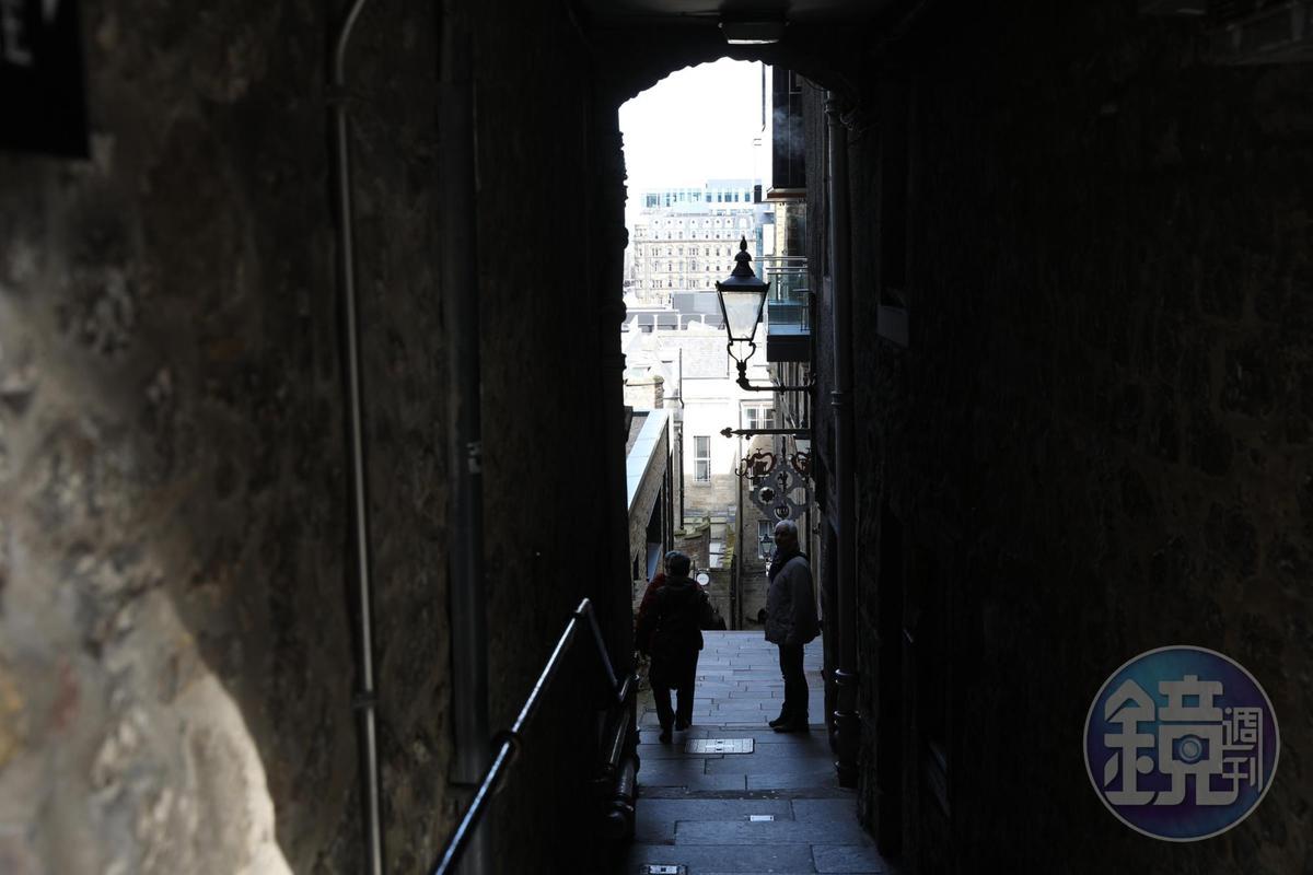 愛丁堡舊城區裡有許多大樓間的狹窄巷弄,如迷宮般通往各處。