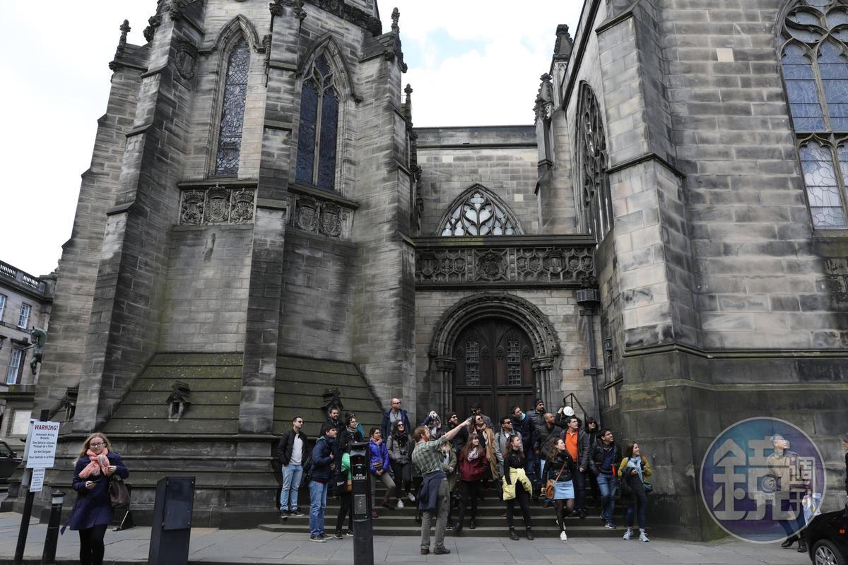 幽默風趣的導覽志工Greg,對著來自世界各地的遊客,述說愛丁堡的歷史,每個人都聽得津津有味。