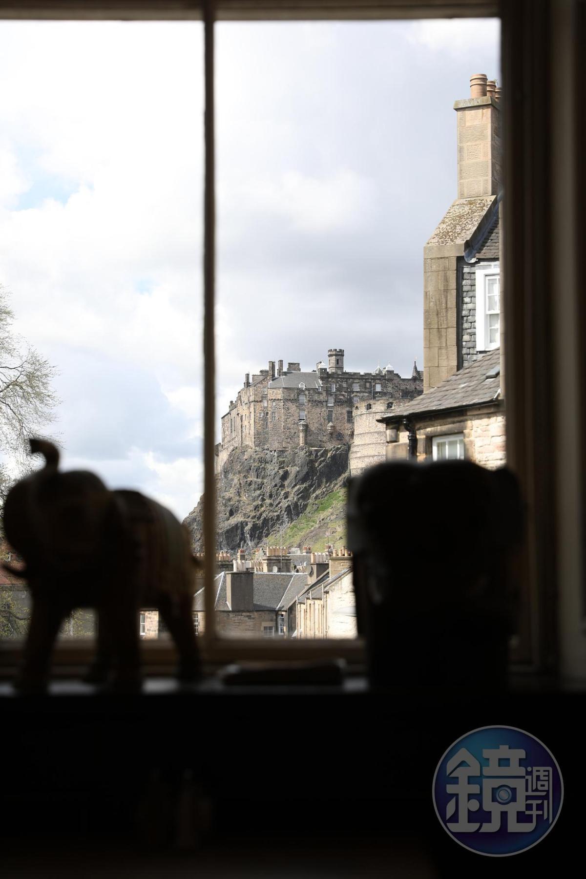 從咖啡館的窗戶可欣賞屹立在花崗岩上的愛丁堡城堡。