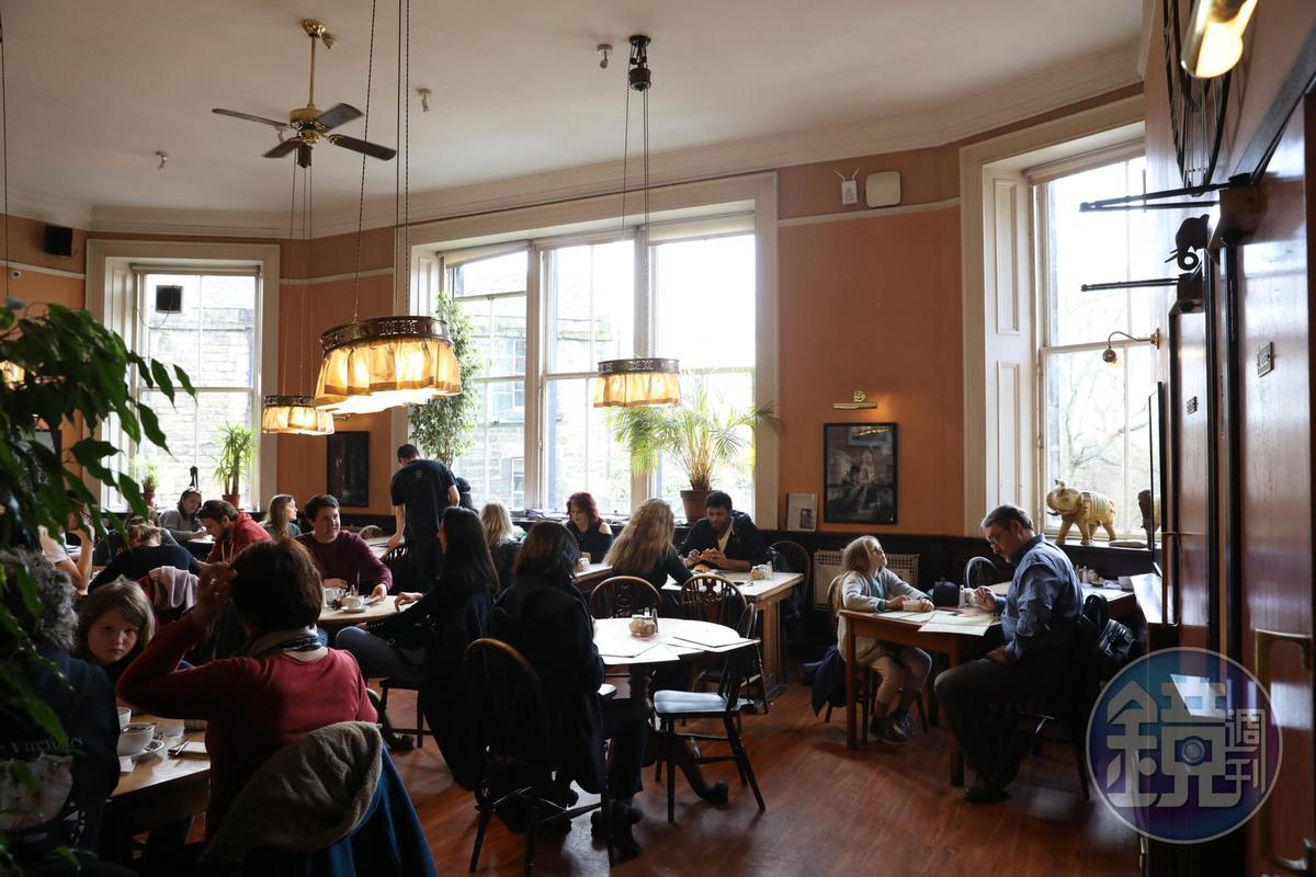 雖然是觀光客的愛店,但沒有規定用餐時間,店裡依舊洋溢悠閒氣氛。