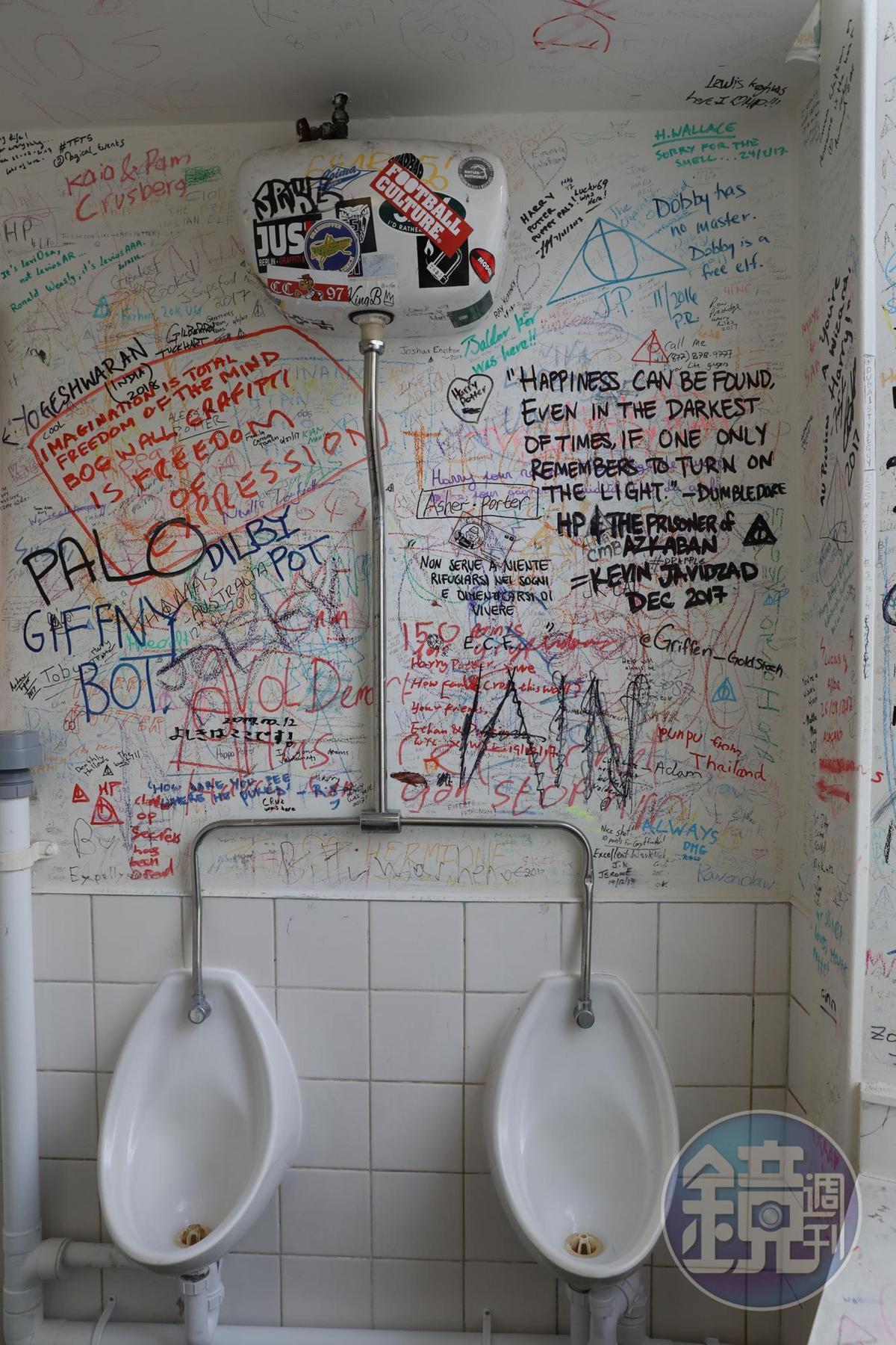 廁所裡到處是塗鴉,細看文字挺有趣,還曾因此上過當地報紙。