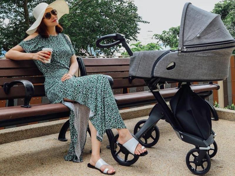 產後2個月的熊黛林,第一次帶著女兒出門曬太陽。(翻攝熊黛林臉書)