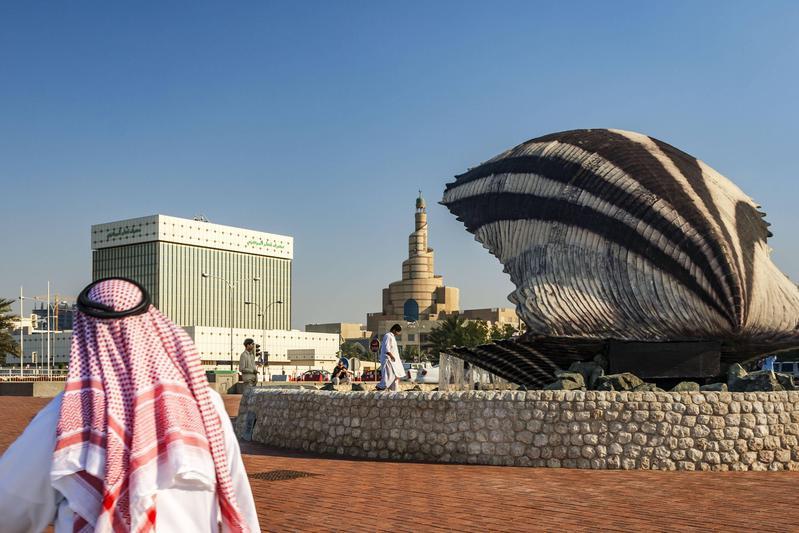 一年來,卡達在沙烏地阿拉伯的禁運封鎖下,經濟並未受太大影響。圖為首都杜哈的珍珠牡蠣噴泉。(東方IC)