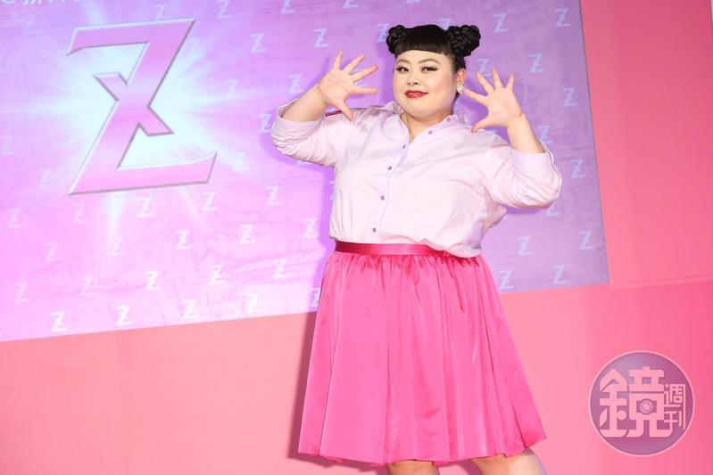 台日混血女星渡邊直美穿著廣告中的灰色襯衫搭配桃紅長裙出席產品記者會。