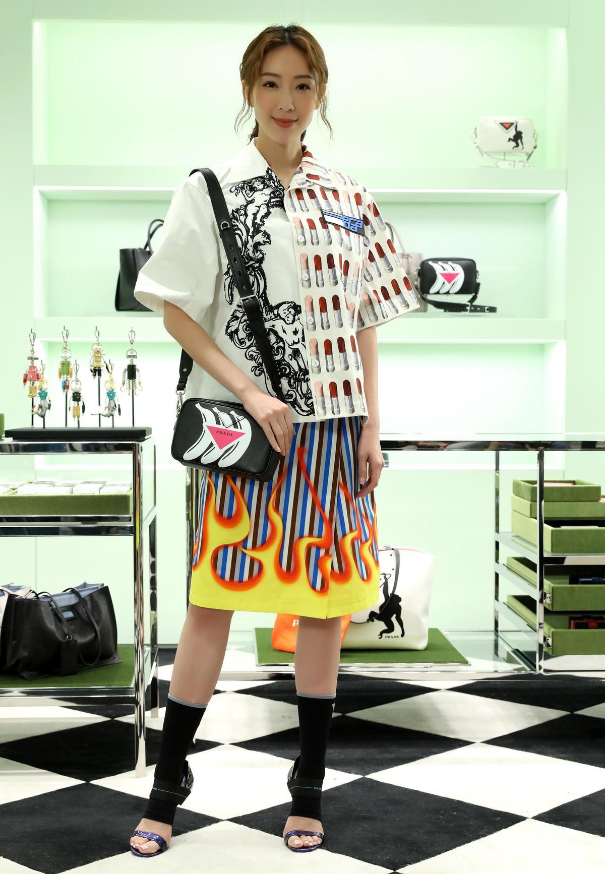 PRADA印花襯衫,NT$36,000;印花膝上裙,NT$36,000;香蕉印花黑色肩背包,NT$48,500。(品牌提供)