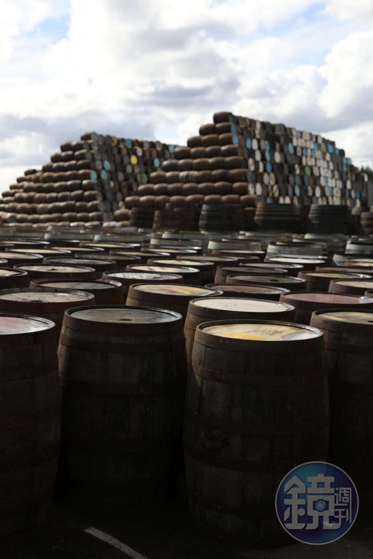「Speyside Cooperage」是英國最大的製桶廠,成千上萬的橡木桶正等著通過檢驗,出貨到世界各地。