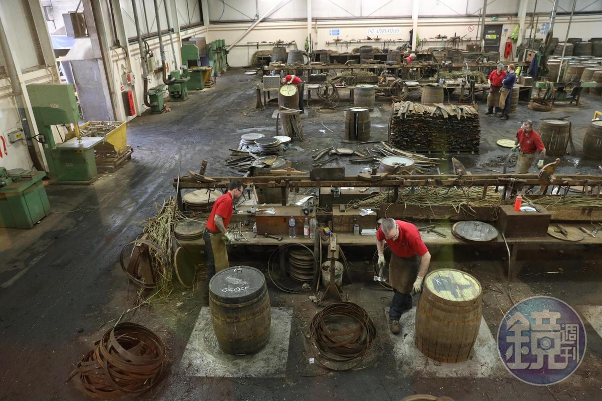 導覽時可從上俯瞰工廠全貌,第一次見到繞著橡木桶敲打的製桶匠,感覺非常新奇。