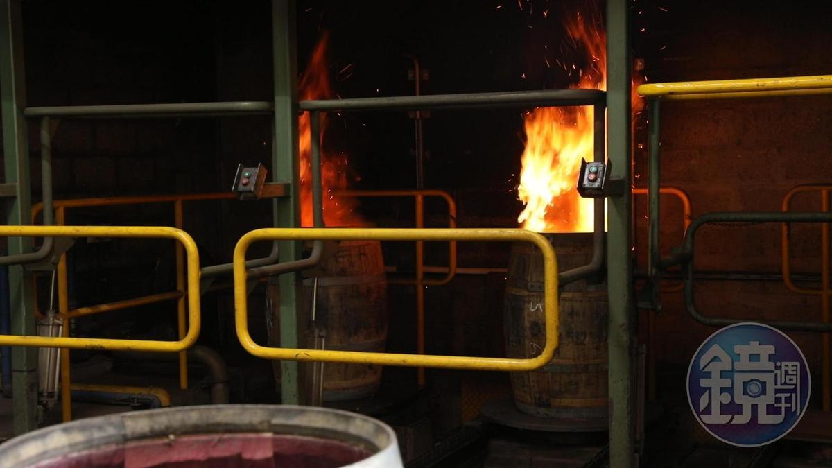 初步成形的橡木桶,還需經過烤桶、蒸氣熱處理等過程。