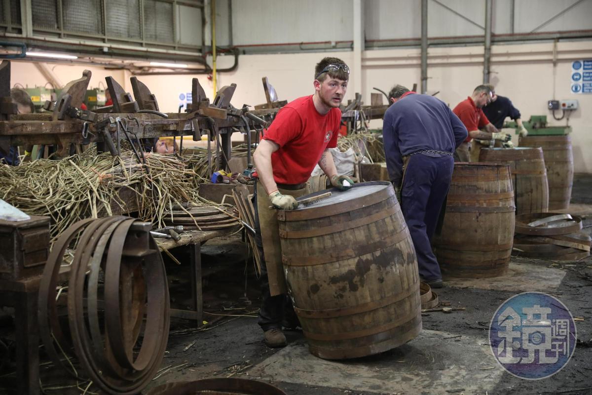 目前製桶廠有14位製桶匠,每人平均一天可完成20個橡木桶。