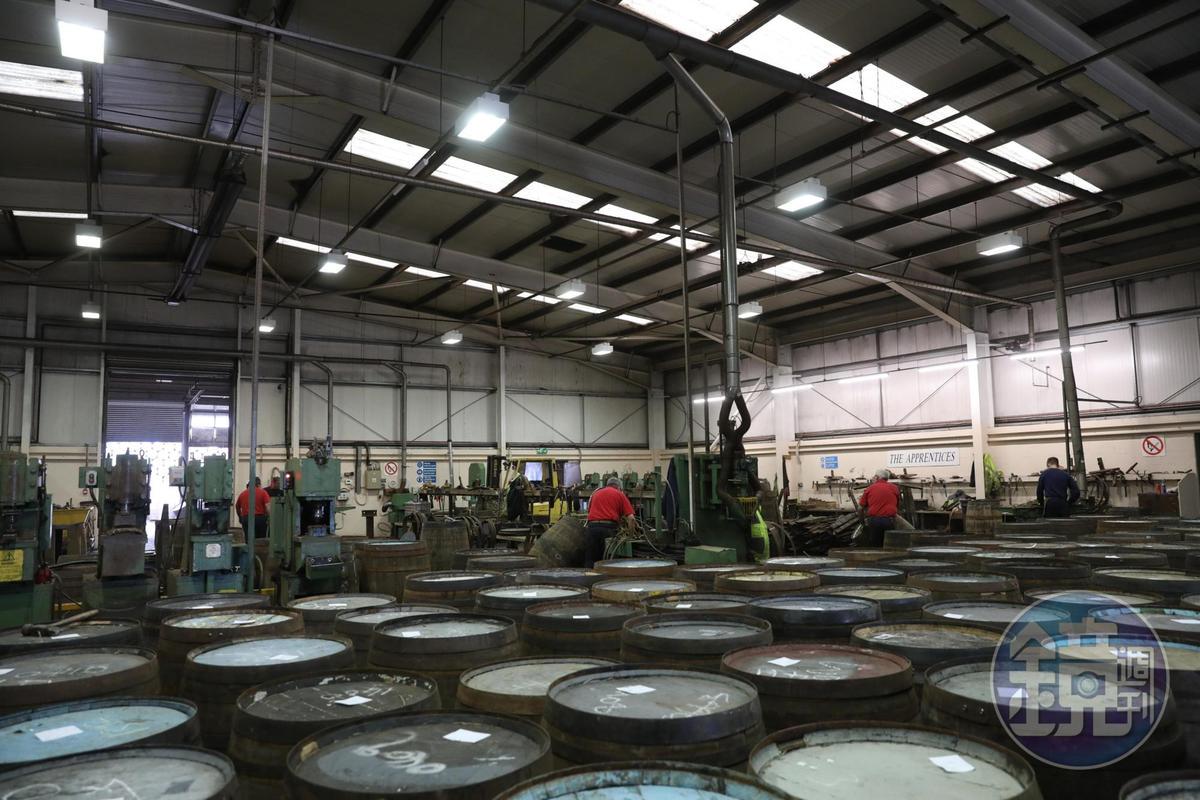 整個工廠非常繁忙,敲打聲隆隆作響。