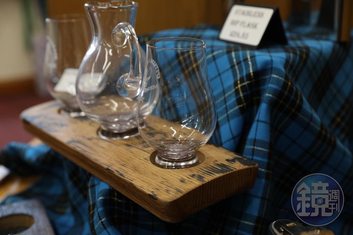 用回收橡木桶再生的酒杯架,依然飄散酒香。