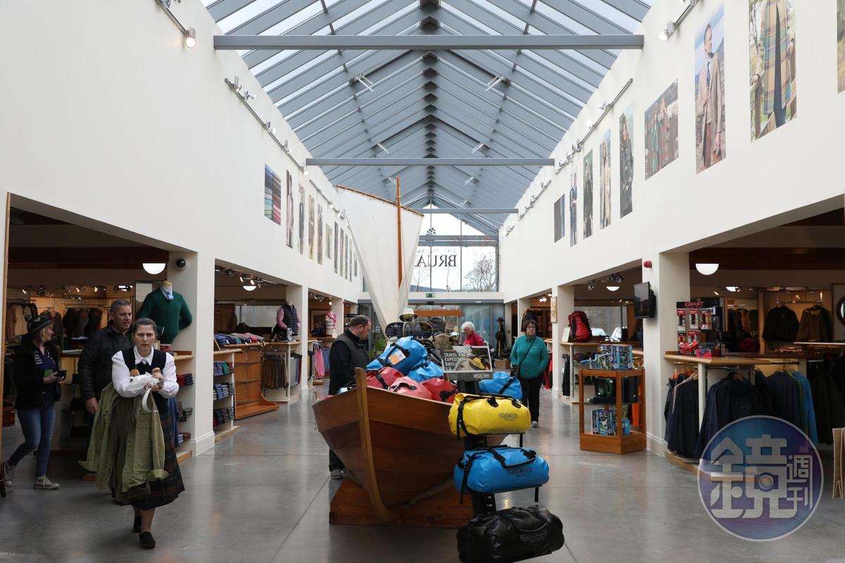 男士賣場大多展售戶外活動用品,還有專門的釣魚用品區。