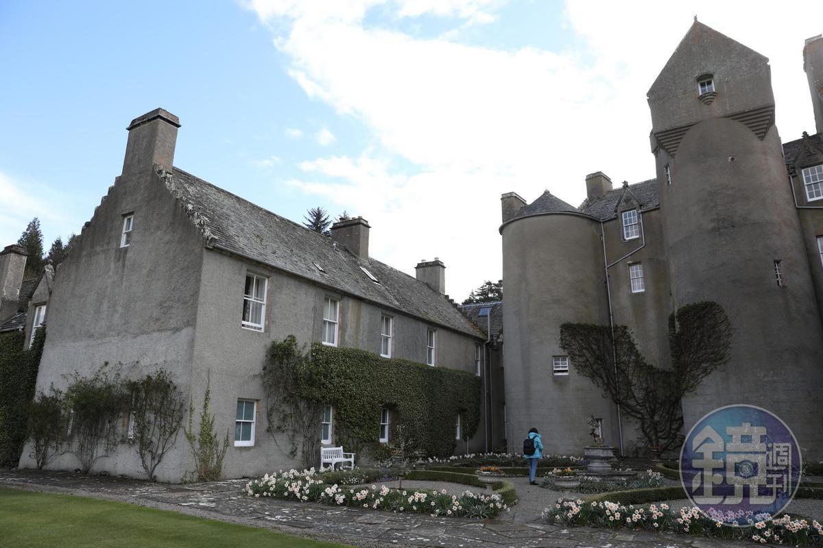 城堡後方也有一片小花圃。