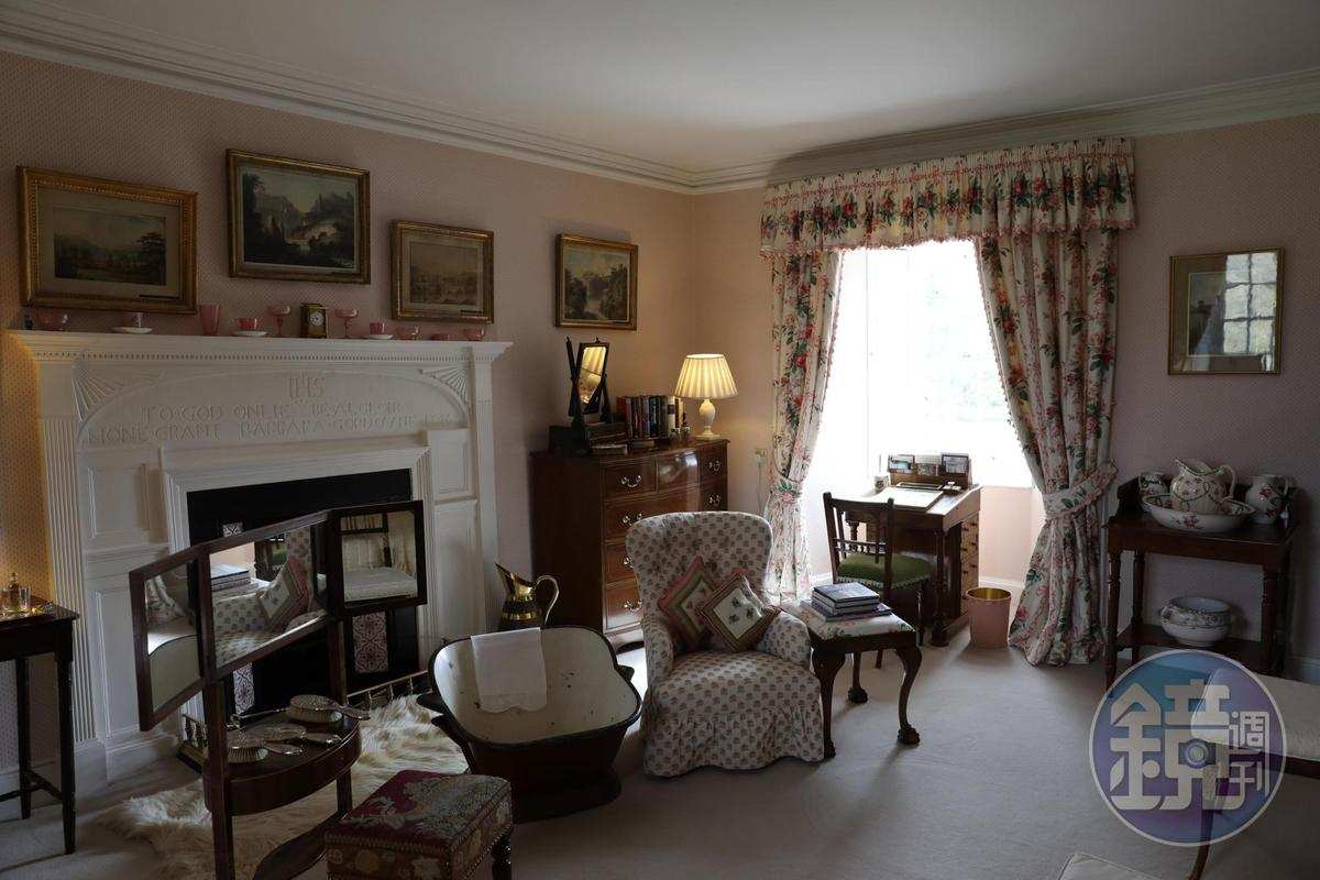 城堡內的起居室展示許多貴族的生活用品,像是嬰兒浴盆等。