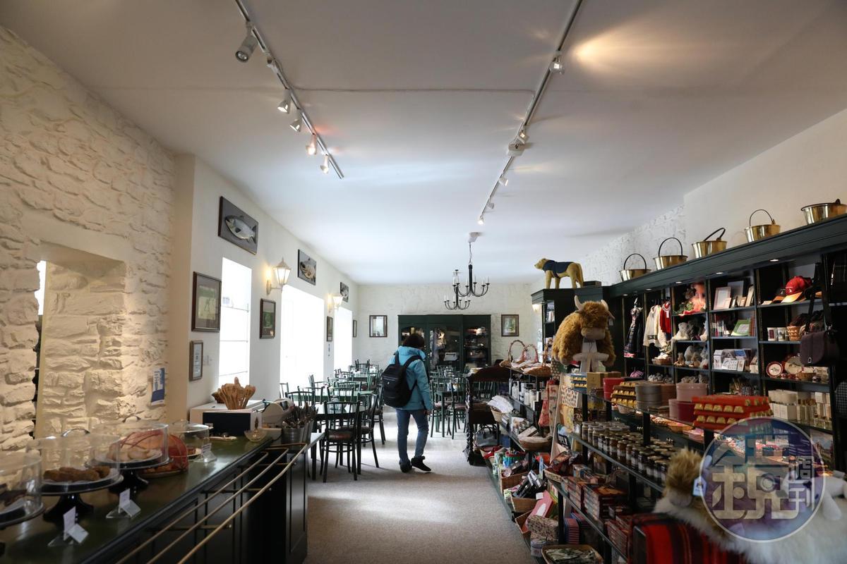 城堡外的商店,也供應餐點與下午茶。
