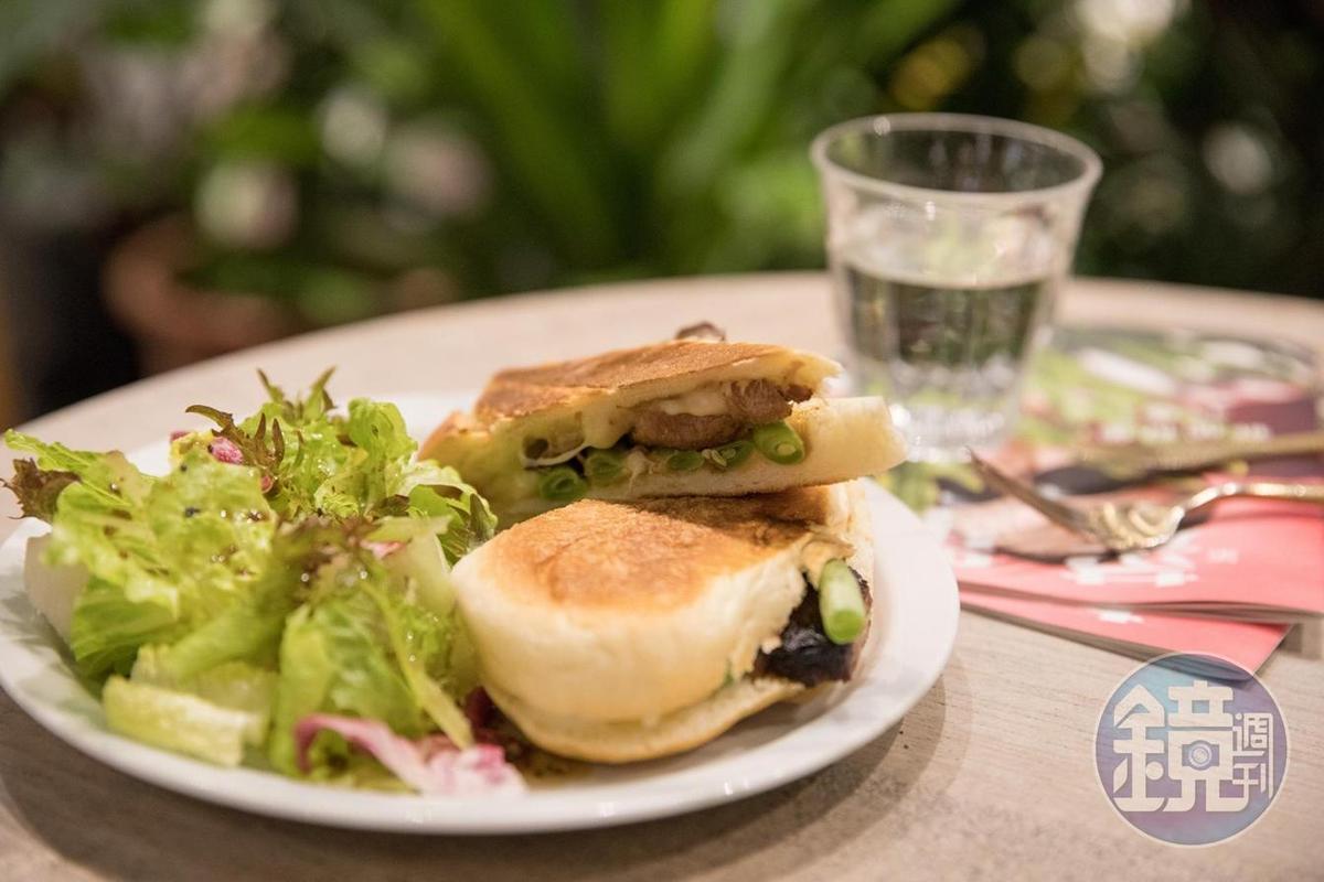 「照燒四季豆豬肉三明治」呈現方式不花俏,口味也很不錯。(240元/份)