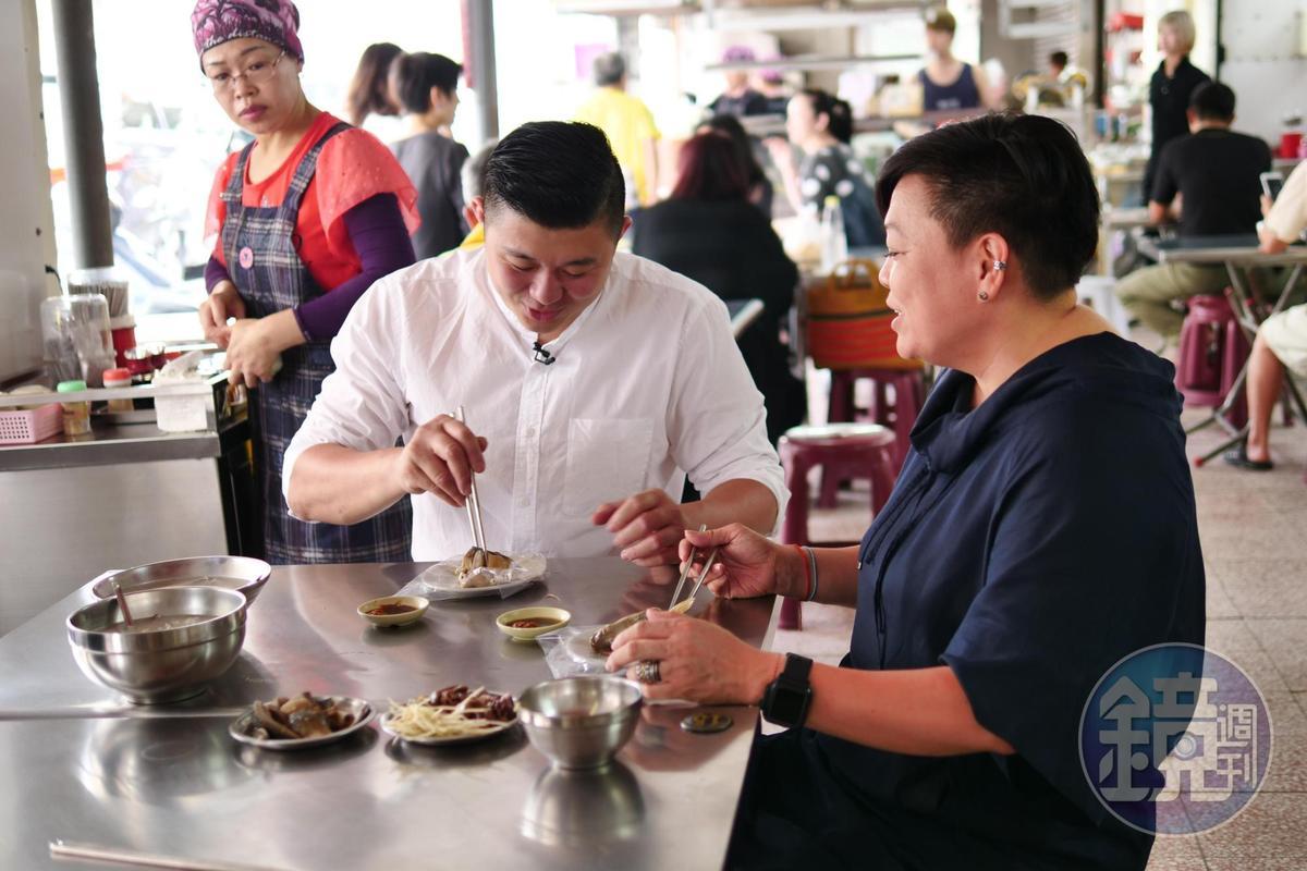 台南土生土長的林敬堯(左)和李姝慧(右)都熱愛吃滷魚頭。