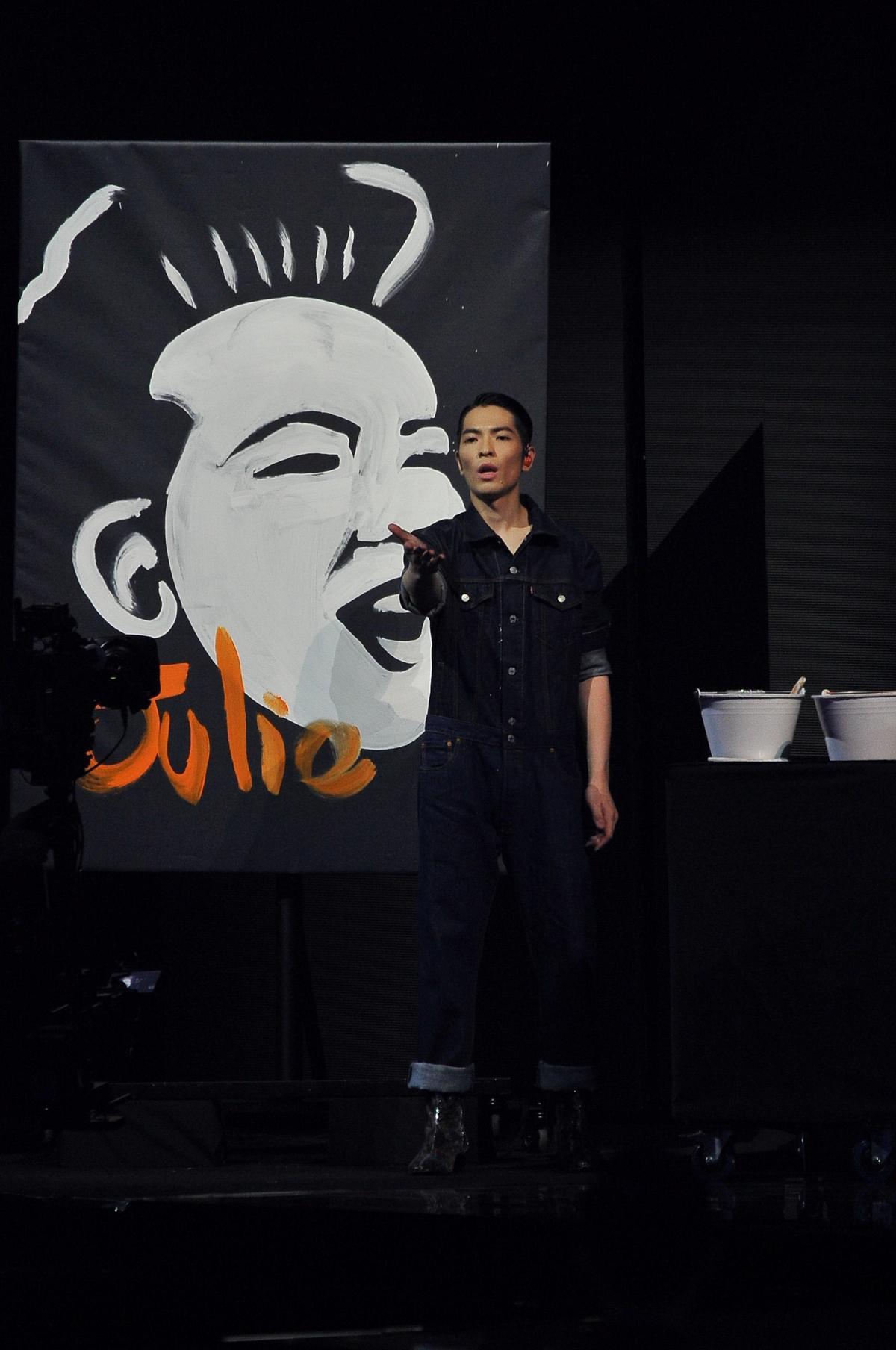 蕭敬騰在典禮上現場畫出歌后蘇芮的畫像,多才多藝令人讚嘆不已。 (台視提供)