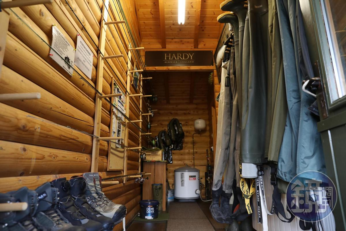 小屋後方為釣客準備了齊全的釣魚裝備。