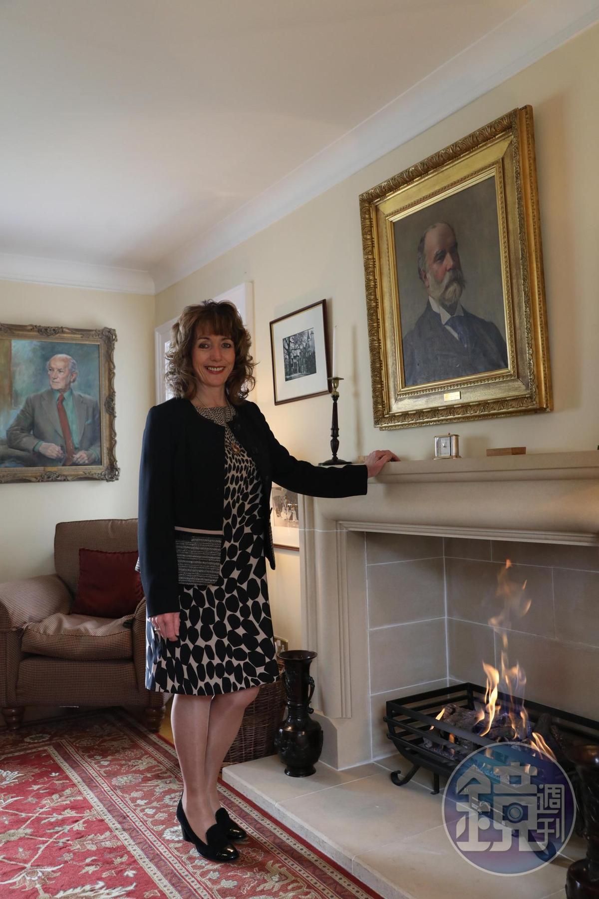 在麥卡倫工作多年以上的訪客經理Moray Ralph,壁爐上是Roderick kemp的畫像,他生於1892年,是為麥卡倫命名的創始者。
