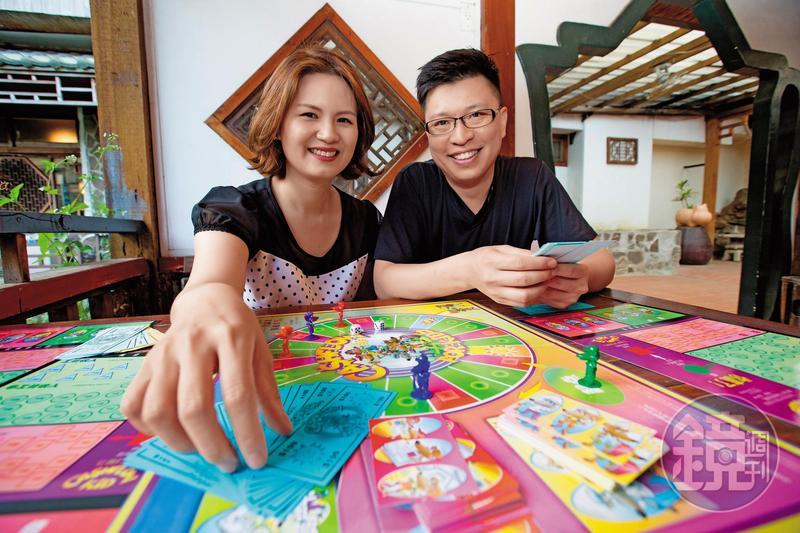 顏菁羚(左)與鄭傳崙(右)夫妻,從衝短線拚交易量的營業員,變成如今愛好ETF的穩健投資者。