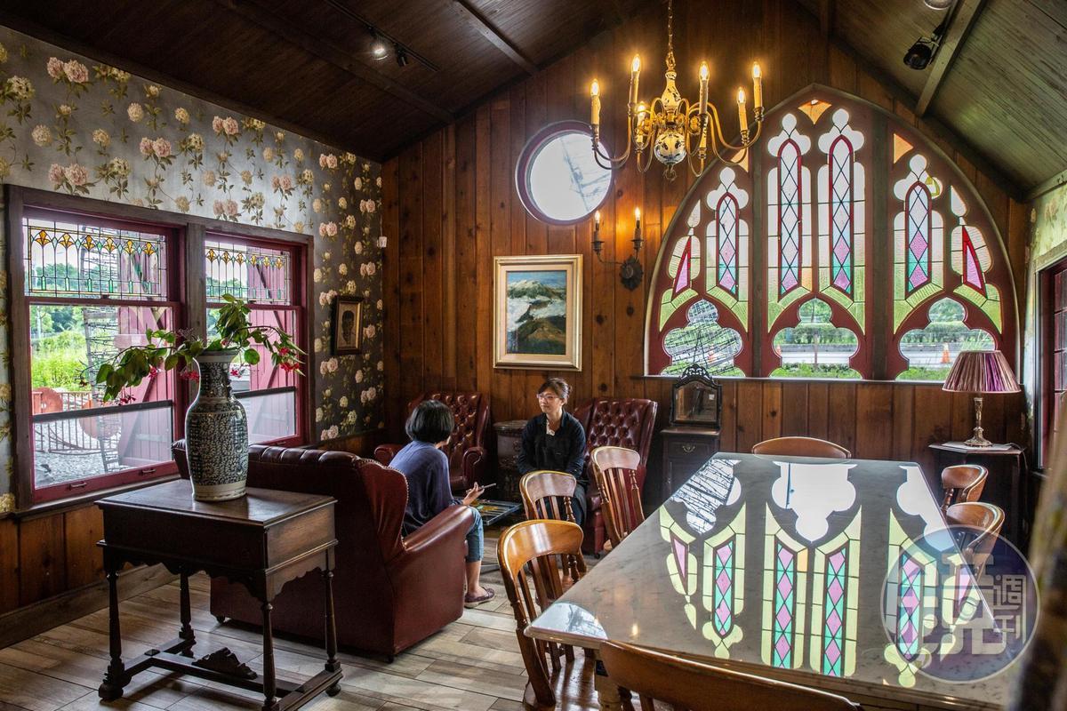 「Mr. Sam山姆先生咖啡館」彩繪玻璃窗,原汁原味從國外移植過來。