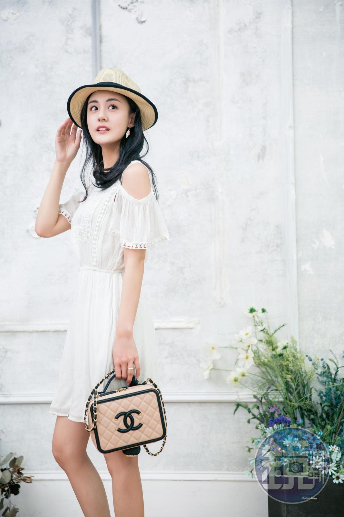 MOON RIVER白色洋裝,約NT$2,600;CHANEL化妝包,約NT$130,000。