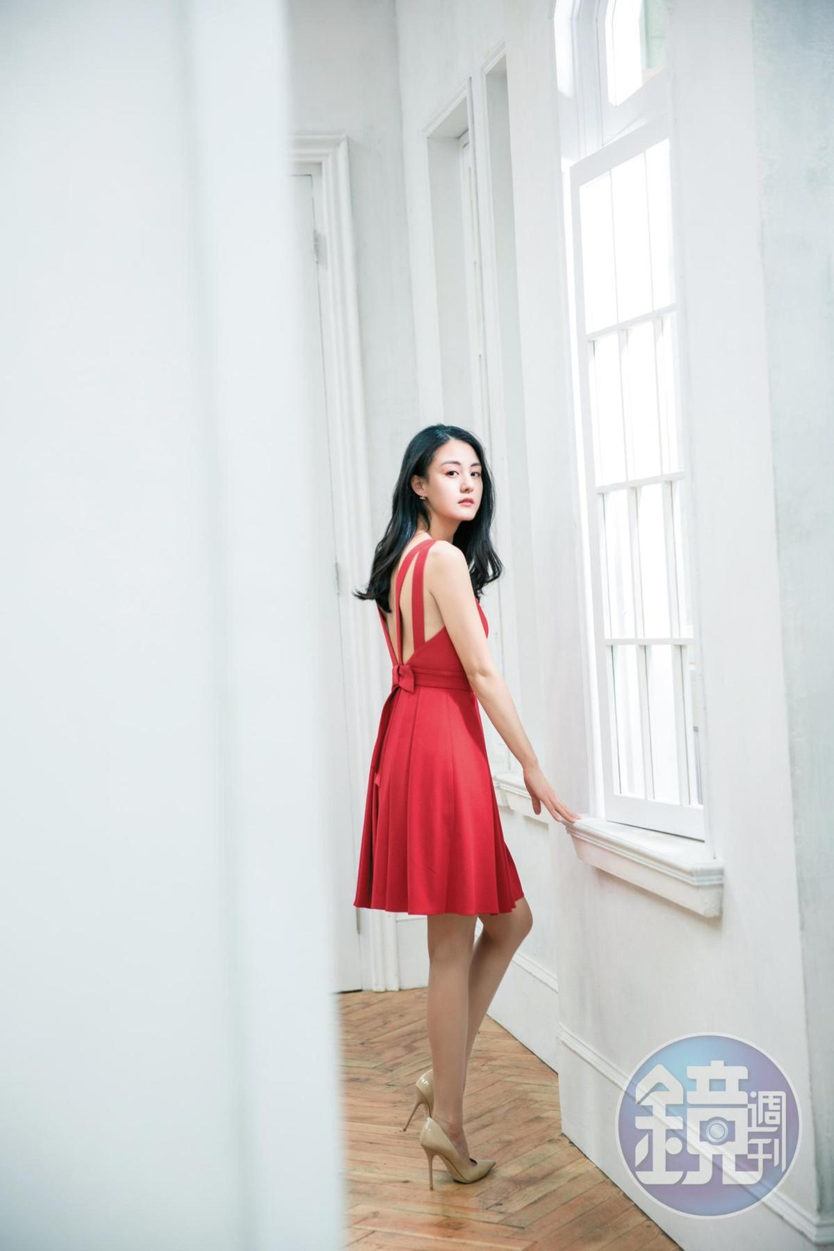 CLAUDIE PIERLOT紅色洋裝,約NT$10,000;JIMMY CHOO米色高跟鞋,約NT$18,000。