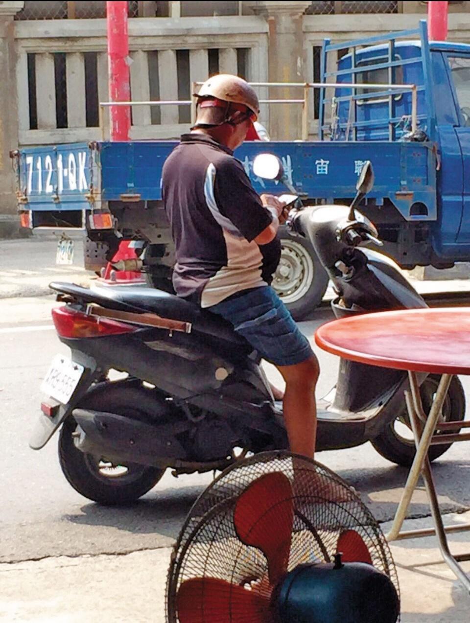 陳清敏在路邊騎機車抓寶的畫面,成為許多北港人的記憶。(陳信宏提供))