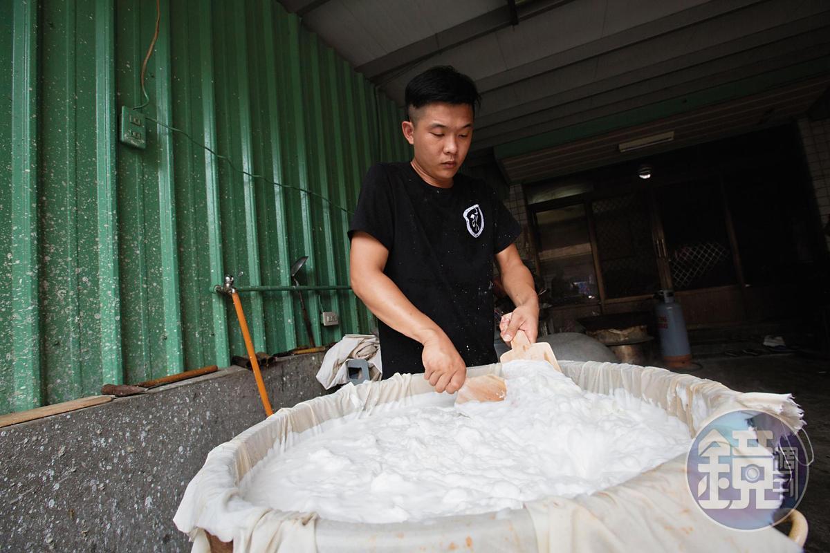 做粿是一門吃力的工作,陳信宏從國小開始幫忙,父子一起負責後場製作,母親和姑姑在前場販賣。