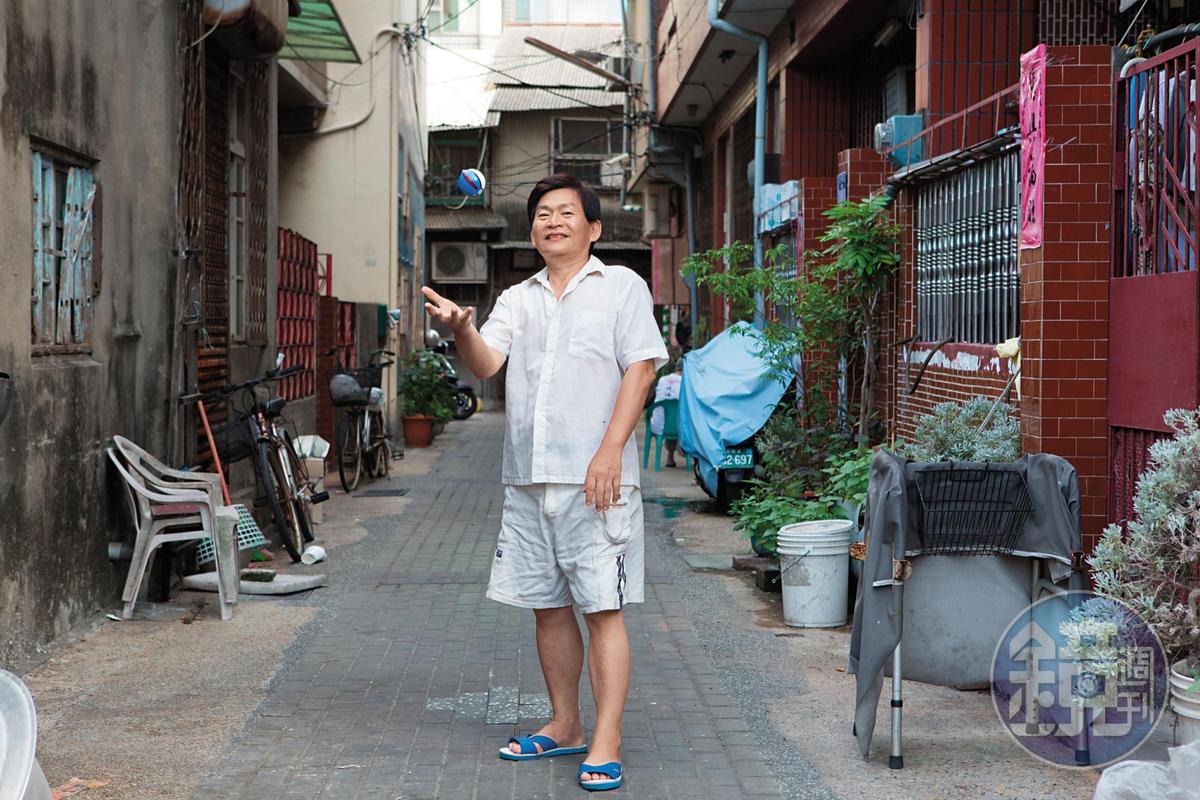 蔡天亮在家門前拋接寶貝球。他回憶陳清敏不但教他旋轉寶貝球的技巧,還會追他學習的進度,讓他不得不開始玩遊戲。