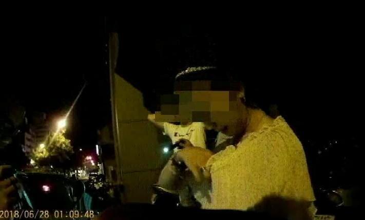警方詢問薛女是否藏毒,她還大方地拉開胸罩否認藏毒。(警方提供)