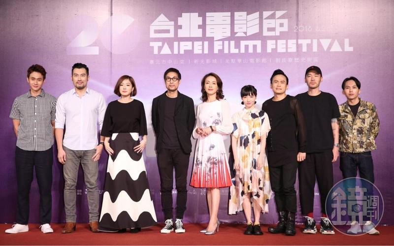 劉冠廷(左起)、邱隆杰、尹馨、導演黃榮昇、柯淑勤、饒星星、陳以文、張少懷、巫建和,雖然一起完成了《小美》,但演員彼此都不知道對方的戲份細節,在首映會上還是大家頭一次碰面。