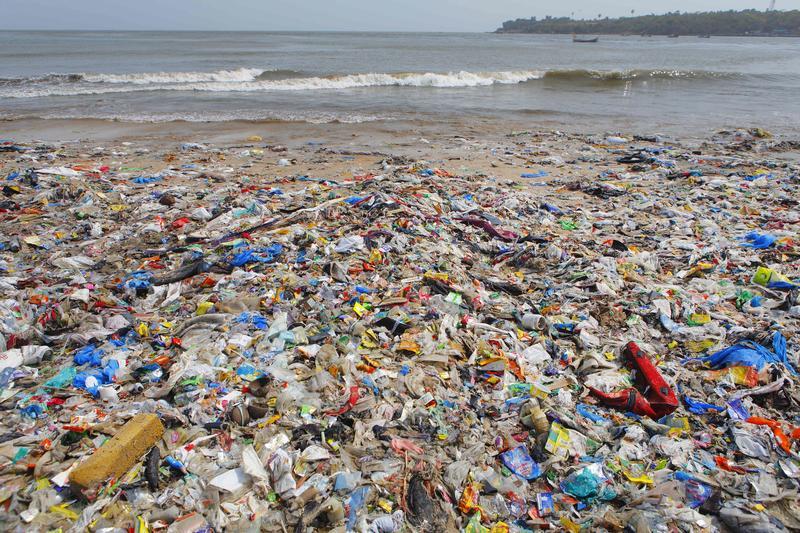 可拋棄式的餐飲用具如今成了地球難以拋棄的噩夢。圖為印度孟買海灘令人怵目驚心的垃圾。(東方IC)